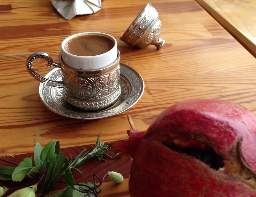 türkischer Kaffe mit Granatapfel